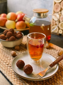 Doces de trufas crus em um prato com chá