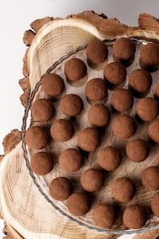 Doces de trufas francesas. sobremesa saudável e feita em casa.