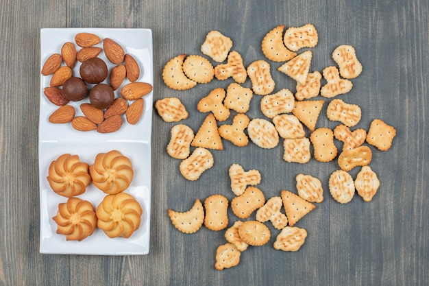 Doces deliciosos biscoitos amanteigados dourados em um prato branco
