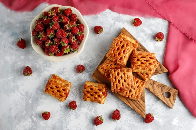Doces deliciosos biscoitos de framboesa com framboesas maduras, vista superior