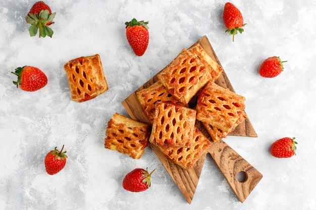 Doces deliciosos biscoitos de morango com stawberries maduros, vista superior