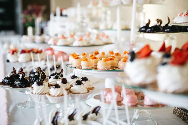 Doces deliciosos e doces em cima da mesa
