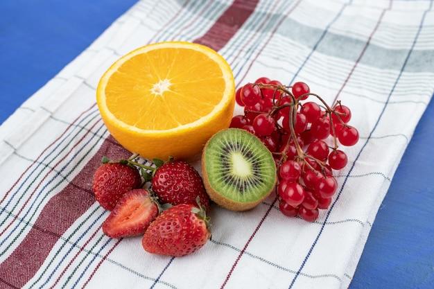 Doces deliciosos frutos frescos na toalha de mesa.