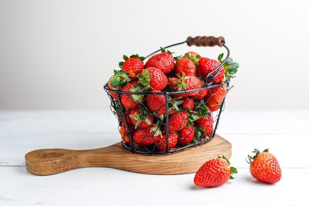 Doces deliciosos morangos na cesta, vista superior