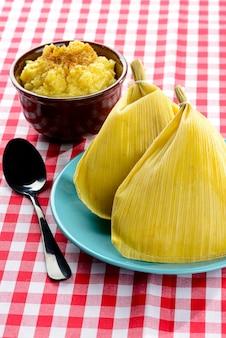 Doces deliciosos para a festa junina brasileira. foco em pamonha.