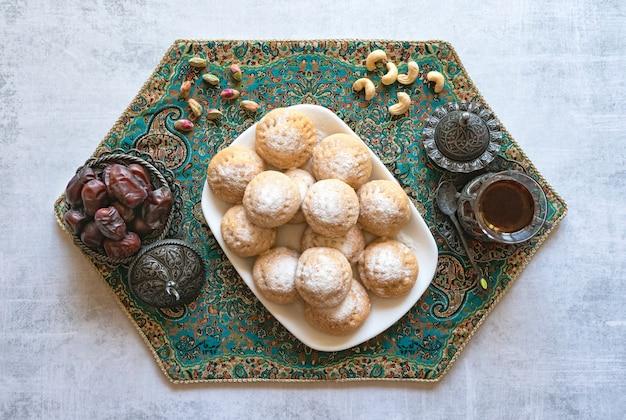 Doces do ramadã com chá e datas
