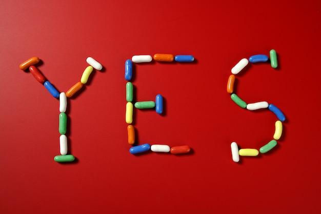 Doces doces coloridos com formas de letra