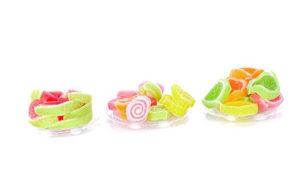 Doces doces coloridos isolados no branco