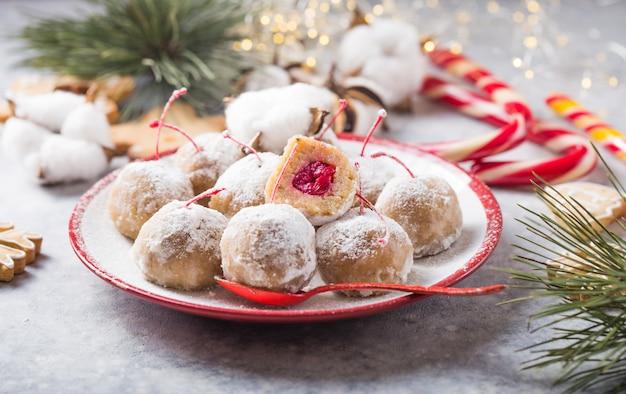Doces doces de natal em cima da mesa de sobremesa