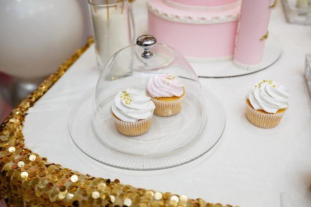 Doces e biscoitos deliciosos para as crianças no aniversário