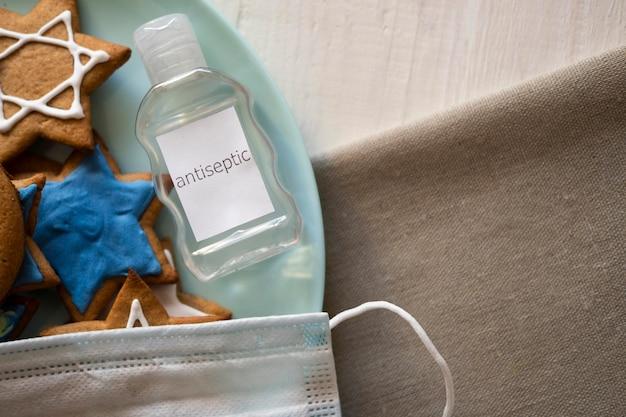Doces e desinfetante para as mãos conceito judaico tradicional de hanukkah