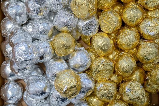 Doces em envoltório de ouro e prata.