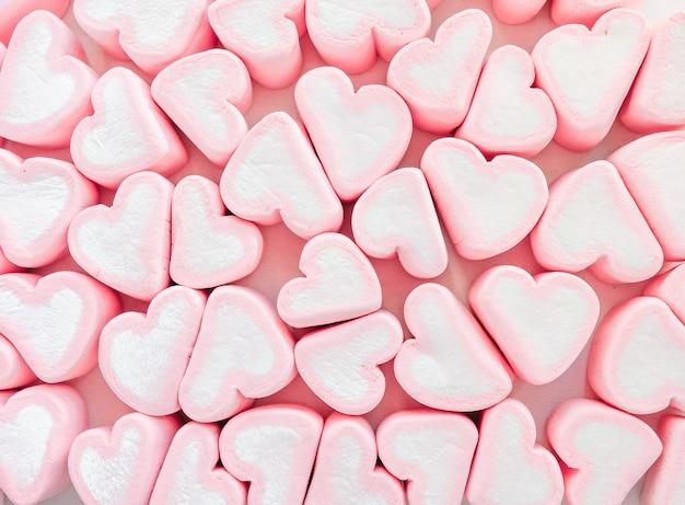 Doces em forma de corações de marshmallow rosa.
