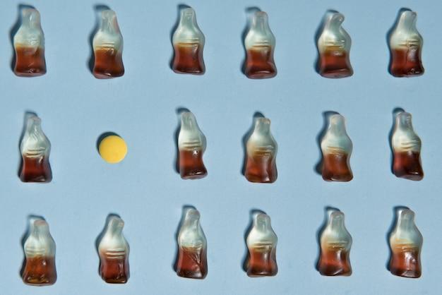 Doces em forma de garrafa sobre fundo azul tabela.