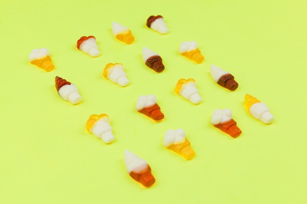 Doces em forma de sorvete no fundo claro