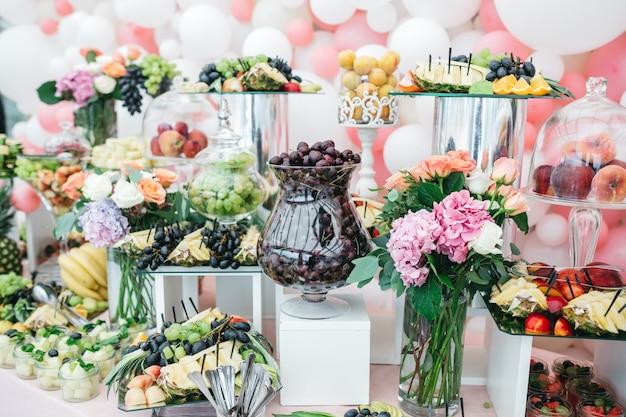 Doces luxuosos na mesa de festas para convidados