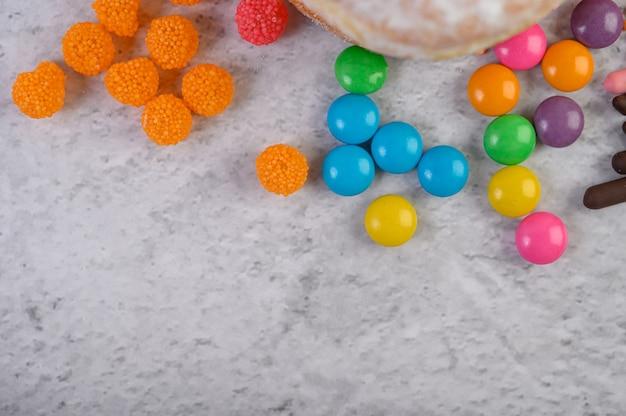Doces muito coloridos colocados sobre uma superfície branca.