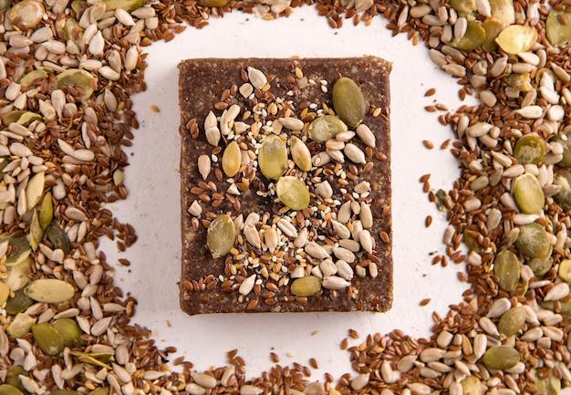 Doces naturais sem açúcar. halva em um fundo branco ao lado dos ingredientes. vista de cima