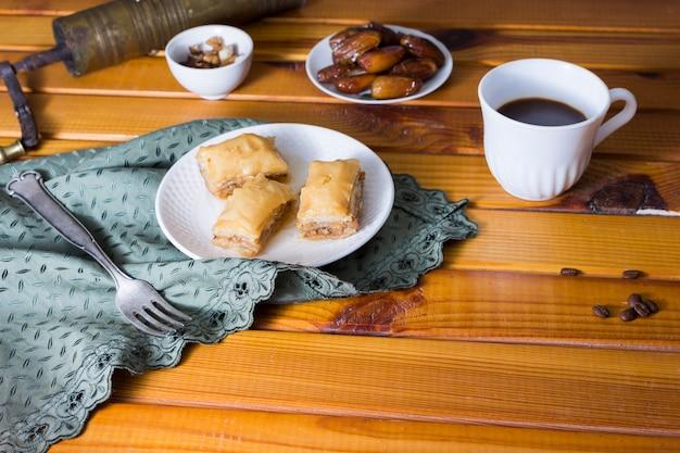 Doces orientais com fruta e café de datas
