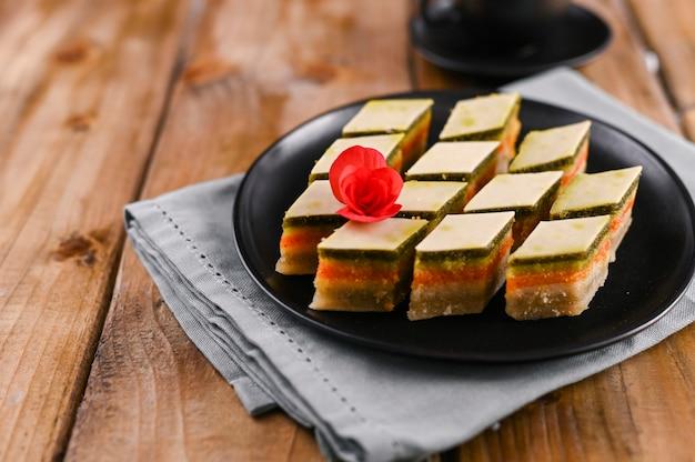 Doces orientais com gostos diferentes em um fundo de madeira. sobremesa tradicional. doces nacionais saborosos. copie o espaço.