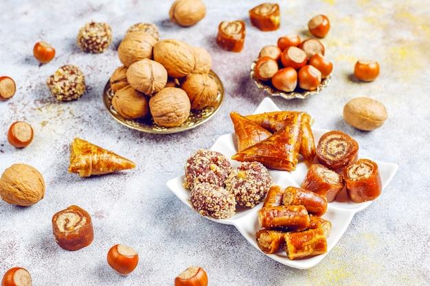 Doces orientais, delícias turcas tradicionais variadas com nozes.