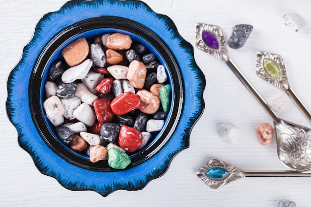 Doces orientais, doces, seixos, em pratos cerâmicos turcos tradicionais. foco seletivo.