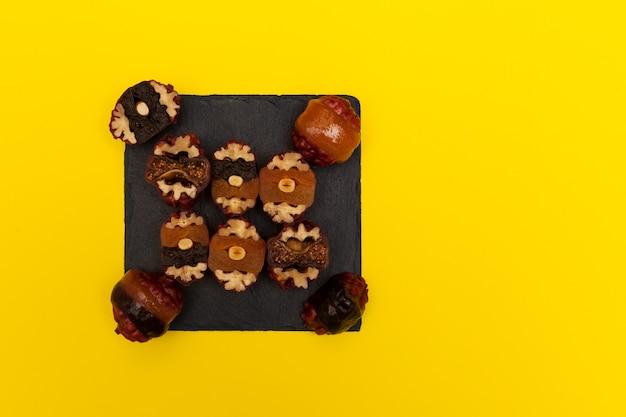 Doces orientais variados doces saudáveis feitos de frutas secas e nozes