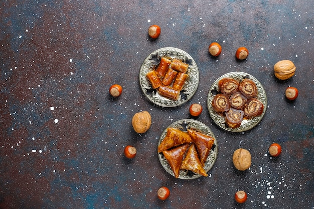 Doces orientais, variedade tradicional de delícias turcas com nozes.