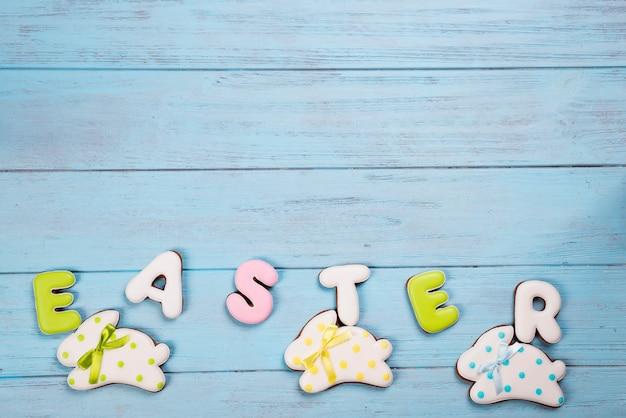 Doces para celebrar a páscoa. pão de mel em forma de coelhinho da páscoa e carta de páscoa.