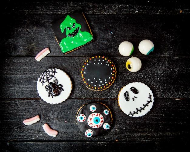 Doces para o halloween em uma mesa de madeira