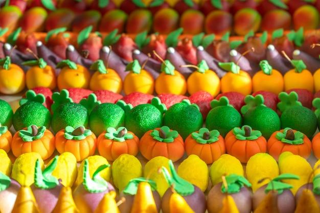 Doces portugueses de vários tipos e cores.