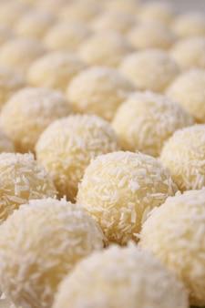 Doces redondos com coco sobremesa saudável de doces artesanais crus