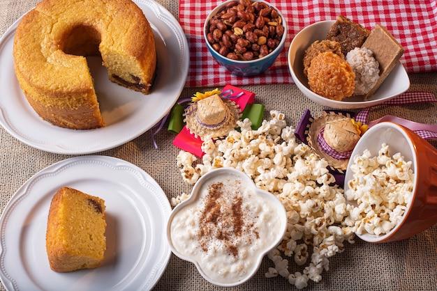 Doces típicos da festa junina. bolo de fubá, pipoca, canjica, geleia de abóbora e amendoim.