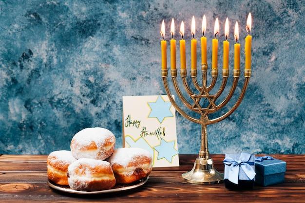 Doces tradicionais de hanukkah com velas