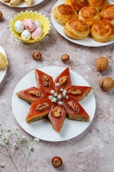 Doces tradicionais do azerbaijão shakarbura, bakhlava, qogal, biscoitos de mutaki, feriado do azerbaijão novruz.