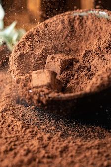 Doces trufa de chocolate no cacau em pó sobremesa natural doces refeição lanche na mesa cópia espaço