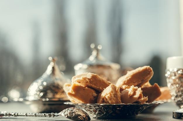 Doces turcos com café em uma mesa de superfície de madeira