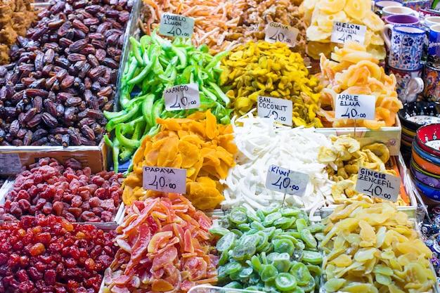 Doces turcos diferentes tradicionais no mercado de istambul