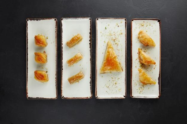Doces turcos empilhados em pratos retangulares