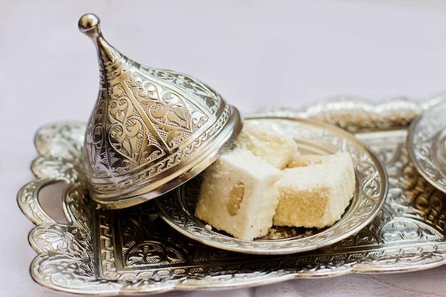 Doces turcos lokum na bandeja de metal em relevo