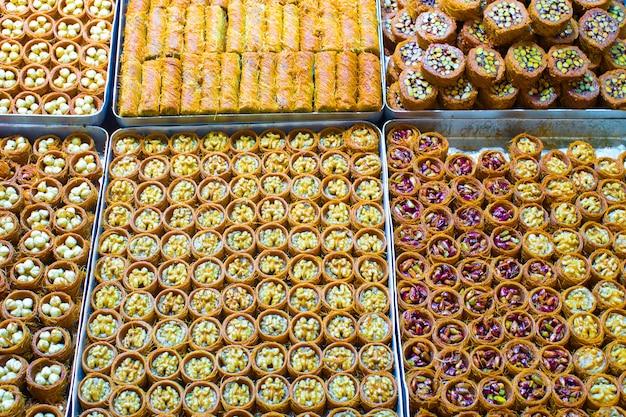Doces turcos saborosos tradicionais no mercado