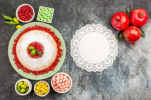 Doces um bolo apetitoso doces coloridos doces limões rendas guardanapos romãs