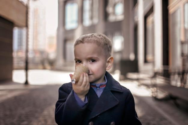 Docinho, divirta-se e segure o cone de waffle como um bico de pássaro doce sobremesa comida de rua