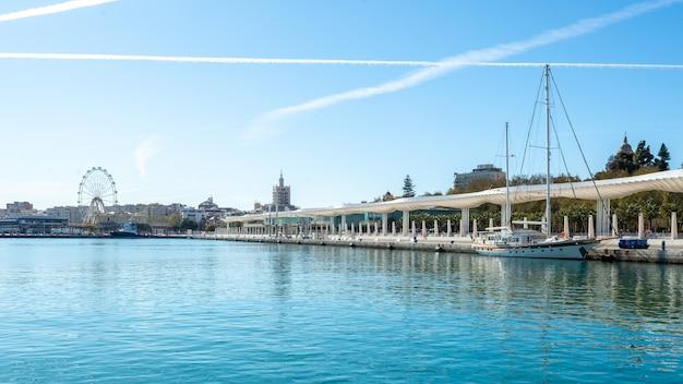 Dock one do porto de málaga com um barco em um dia ensolarado.