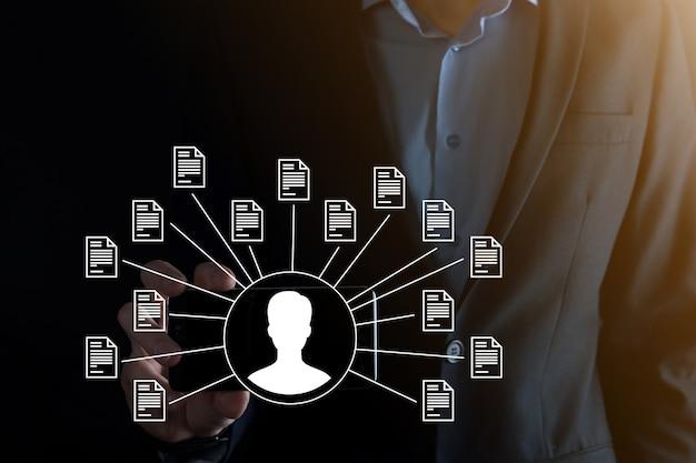 Document management system dms .businessman detém usuário e ícone de documento. software para arquivamento, pesquisa e gerenciamento de arquivos e informações corporativas. conceito de tecnologia de internet. segurança digital.