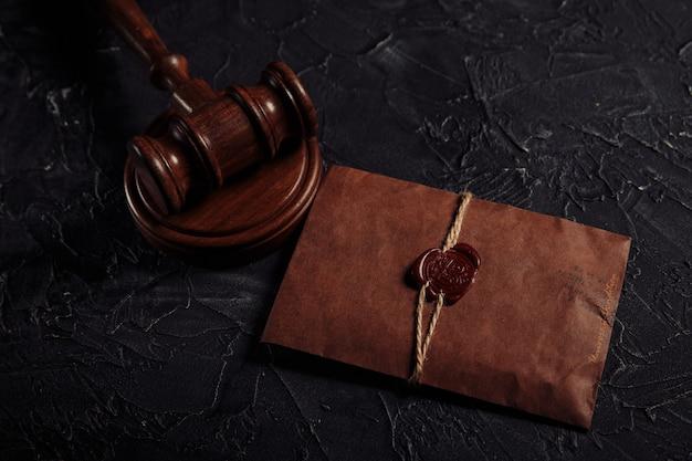 Documento autenticado com selo e martelo de madeira.