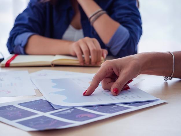 Documento com gráficos e tabelas em mãos