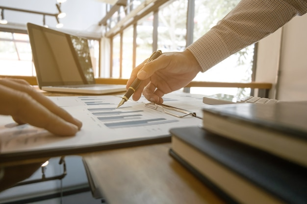 Documento de dados de análise de negócios com contabilista calculando sobre taxa de imposto em um escritório