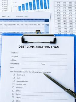 Documento de empréstimo de consolidação da dívida com gráfico na tabela.