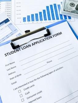 Documento de formulário de pedido de empréstimo de estudante na mesa